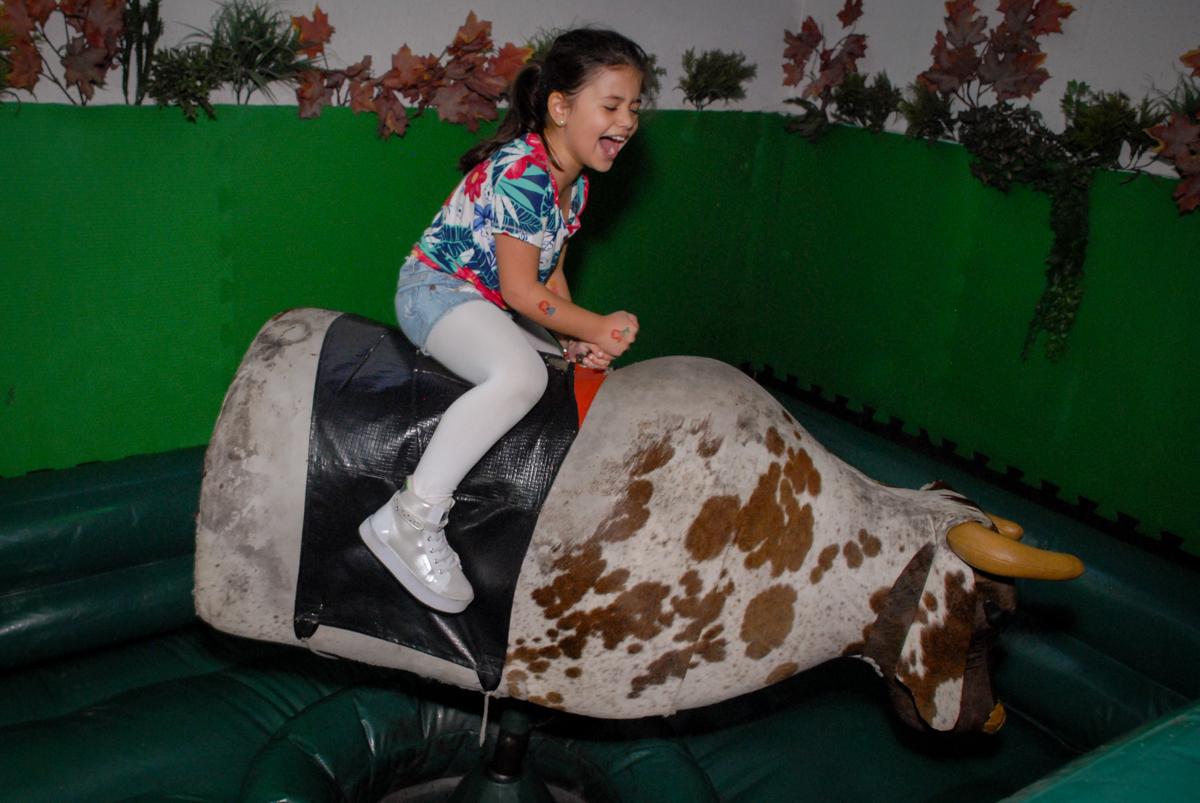 bagunça no touro mecânico no Buffet Espaço Zumba , Saude, São Paulo, aniversário de Katharina 7 anos e Valenthina 5, tema da festa Moana