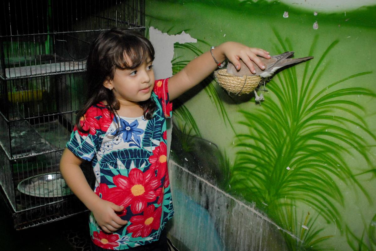 aniversariante faz carinho na pombinha no Buffet Espaço Zumba , Saude, São Paulo, aniversário de Katharina 7 anos e Valenthina 5, tema da festa Moana