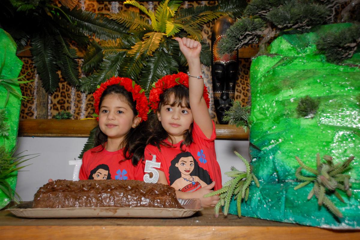 cantando parabens no Buffet Espaço Zumba , Saude, São Paulo, aniversário de Katharina 7 anos e Valenthina 5, tema da festa Moana