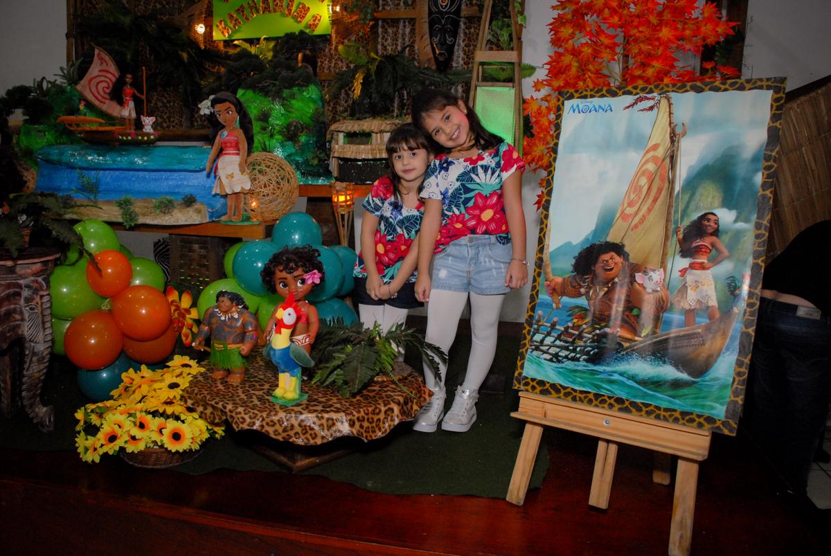 fotografia das aniversariantes na mesa decorada no Buffet Espaço Zumba , Saude, São Paulo, aniversário de Katharina 7 anos e Valenthina 5, tema da festa Moana