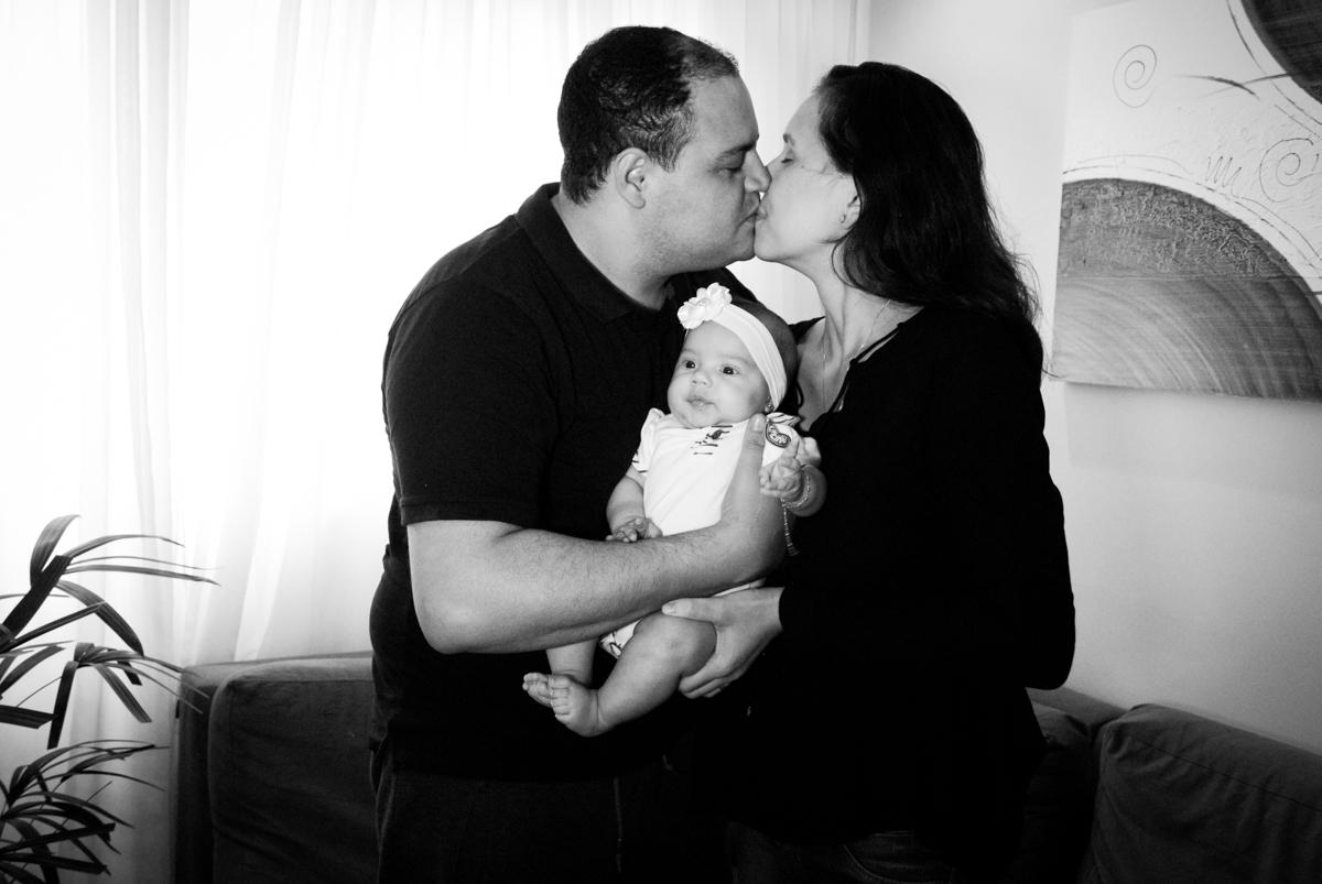 carinho dos pais no ensaio familia carapicuiba, são paulo, sp