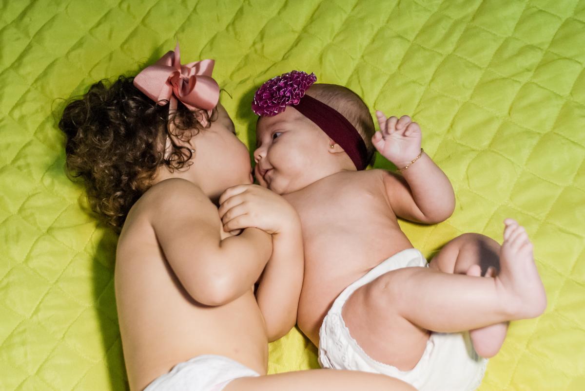 sendo fotografadas na cama da mamãe no ensaio familia carapicuiba, são paulo, sp