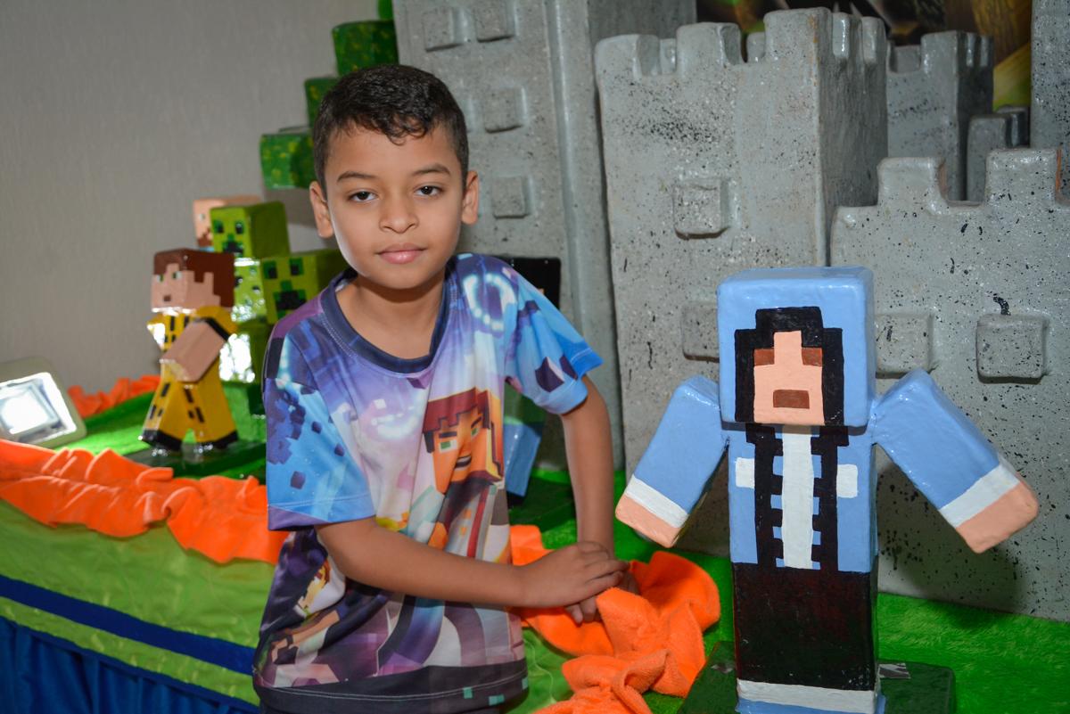 aniversariante posando para a foto no Buffet Fábrica da Alegria Osasco São Paulo, aniversário de Rafael 8 anos tema da festa mini craft