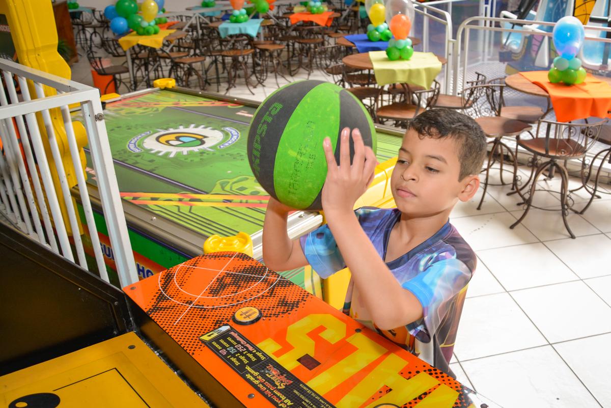jogando basquete no Buffet Fábrica da Alegria Osasco São Paulo, aniversário de Rafael 8 anos tema da festa mini craft