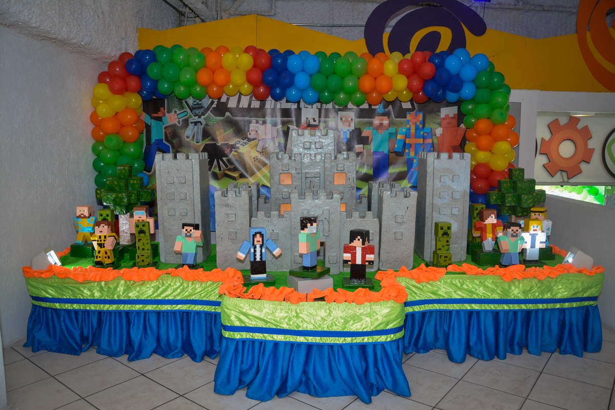 mesa decorada no Buffet Fábrica da Alegria Osasco São Paulo, aniversário de Rafael 8 anos tema da festa mini craft