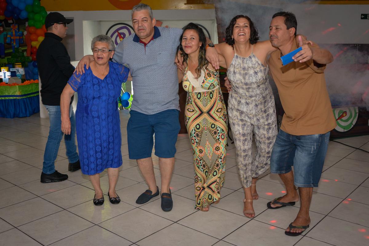 os adultos também entram na balada no Buffet Fábrica da Alegria Osasco São Paulo, aniversário de Rafael 8 anos tema da festa mini craft