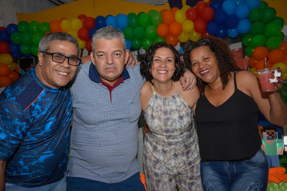 fotografia com os amigos no Buffet Fábrica da Alegria Osasco São Paulo, aniversário de Rafael 8 anos tema da festa mini craft