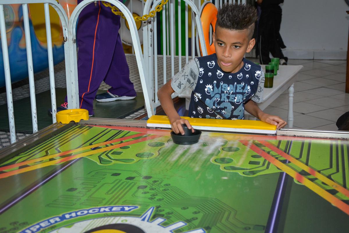 jogo de futebol de mesa no Buffet Fábrica da Alegria Osasco São Paulo, aniversário de Rafael 8 anos tema da festa mini craft