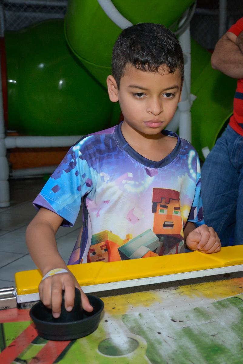 comemorando gol no Buffet Fábrica da Alegria Osasco São Paulo, aniversário de Rafael 8 anos tema da festa mini craft