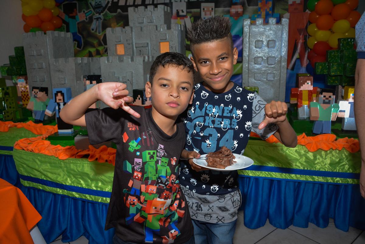 ganhador do primeiro pedaço de bolo no Buffet Fábrica da Alegria Osasco São Paulo, aniversário de Rafael 8 anos tema da festa mini craft