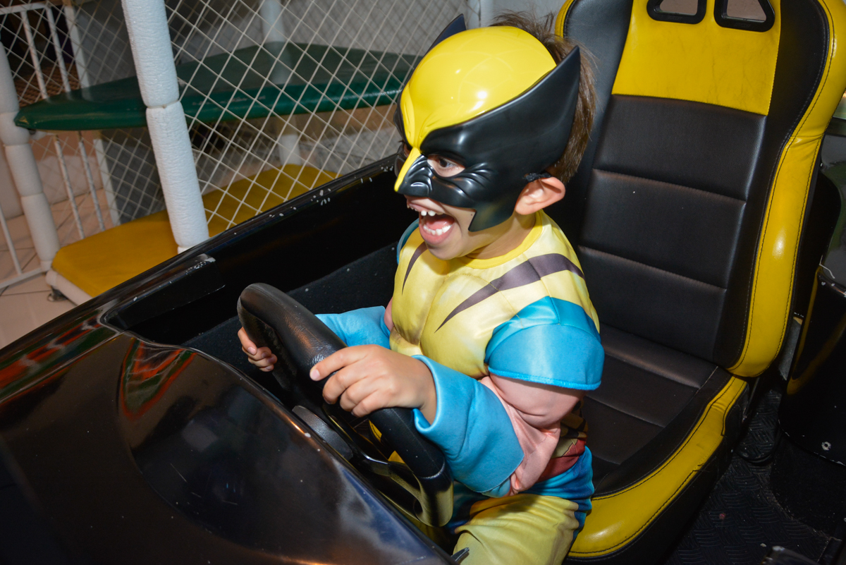 curtindo o simulador de corridas no Buffet Fábrica da Alegria, Morumbi, São Paulo, aniversário de Luis Arthur 6 anos tema da festa super herois