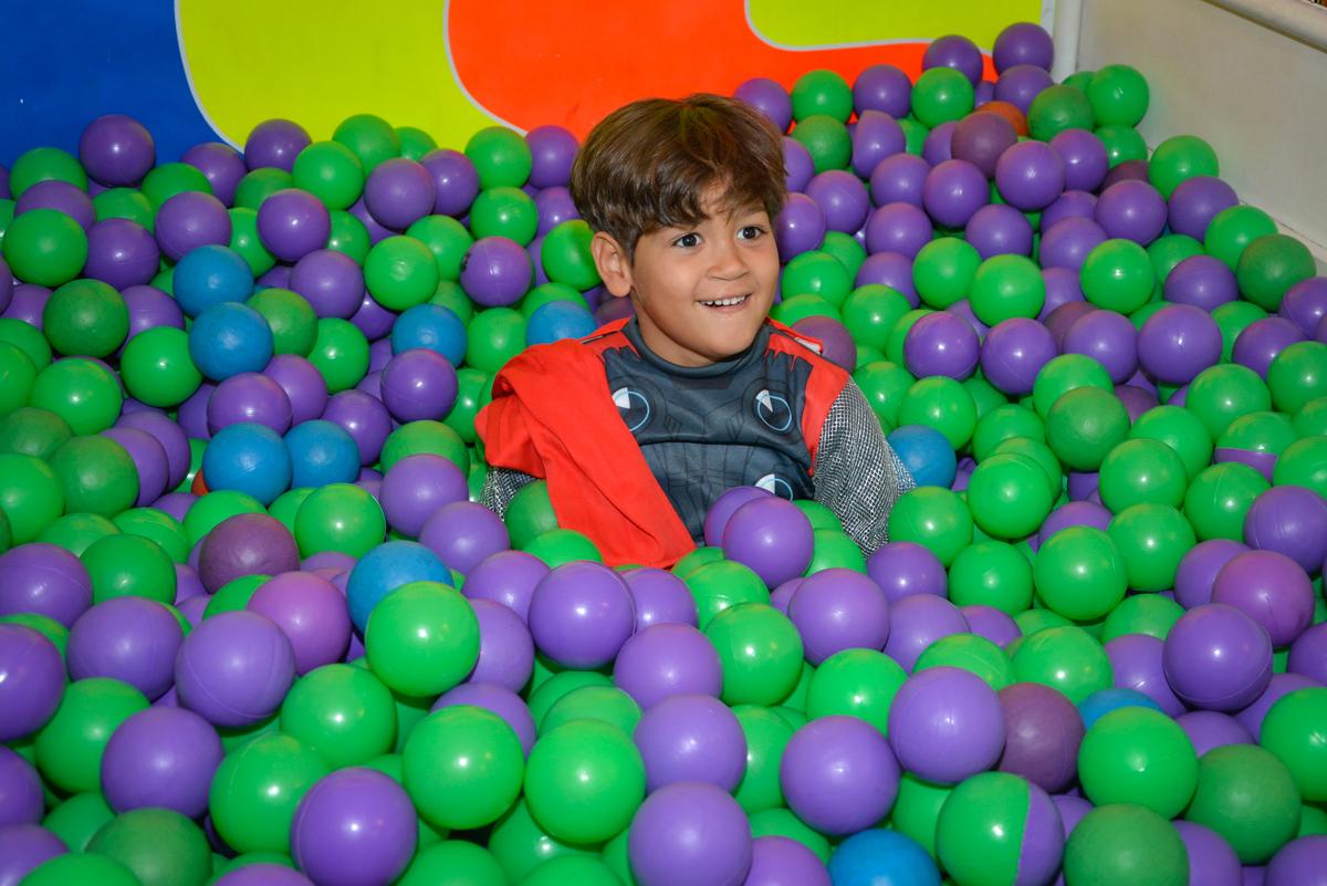 brincadeiras animada na piscina de bolinha no Buffet Fábrica da Alegria, Morumbi, São Paulo, aniversário de Luis Arthur 6 anos tema da festa super herois