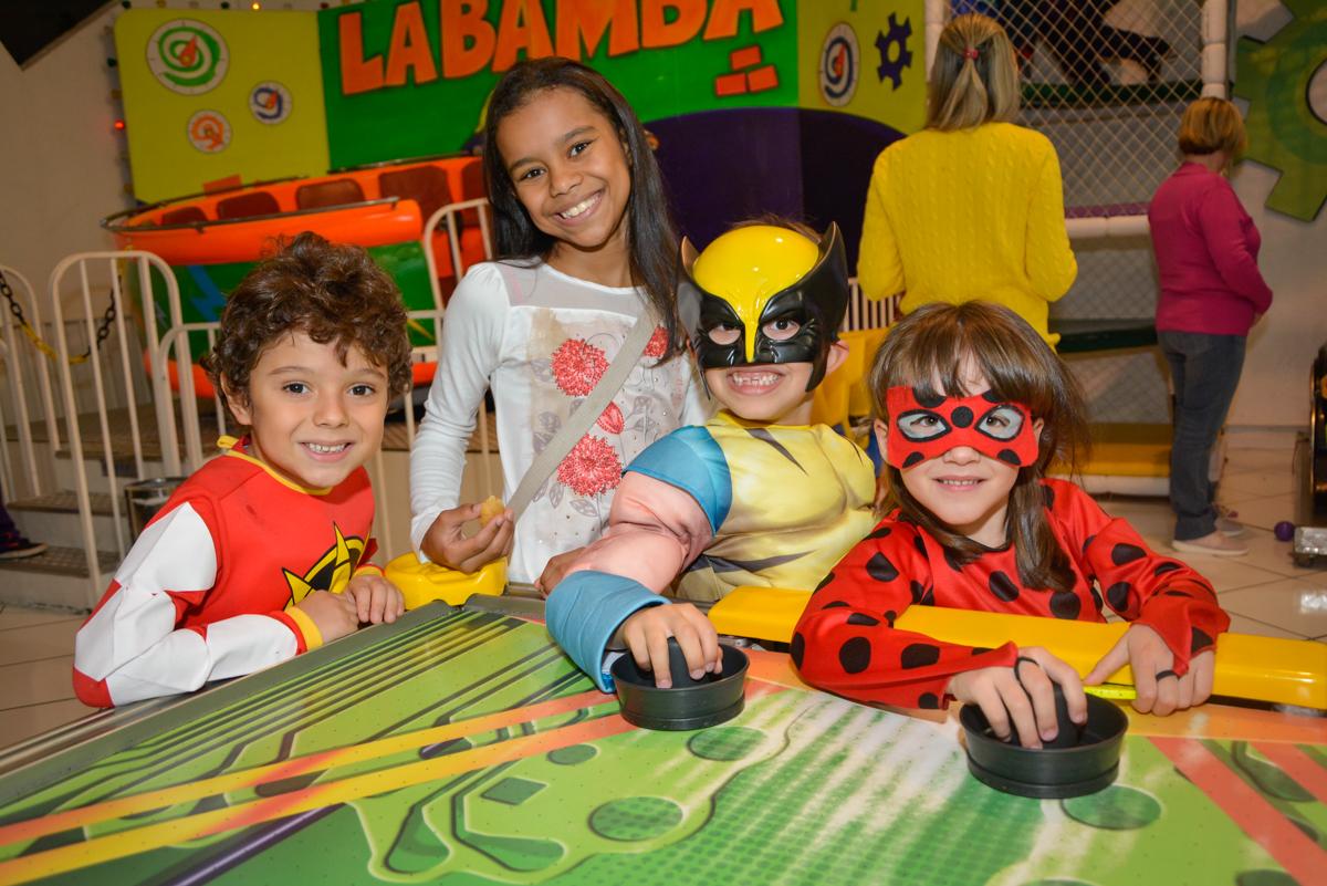 muitos gols no jogo de futebol no Buffet Fábrica da Alegria, Morumbi, São Paulo, aniversário de Luis Arthur 6 anos tema da festa super herois