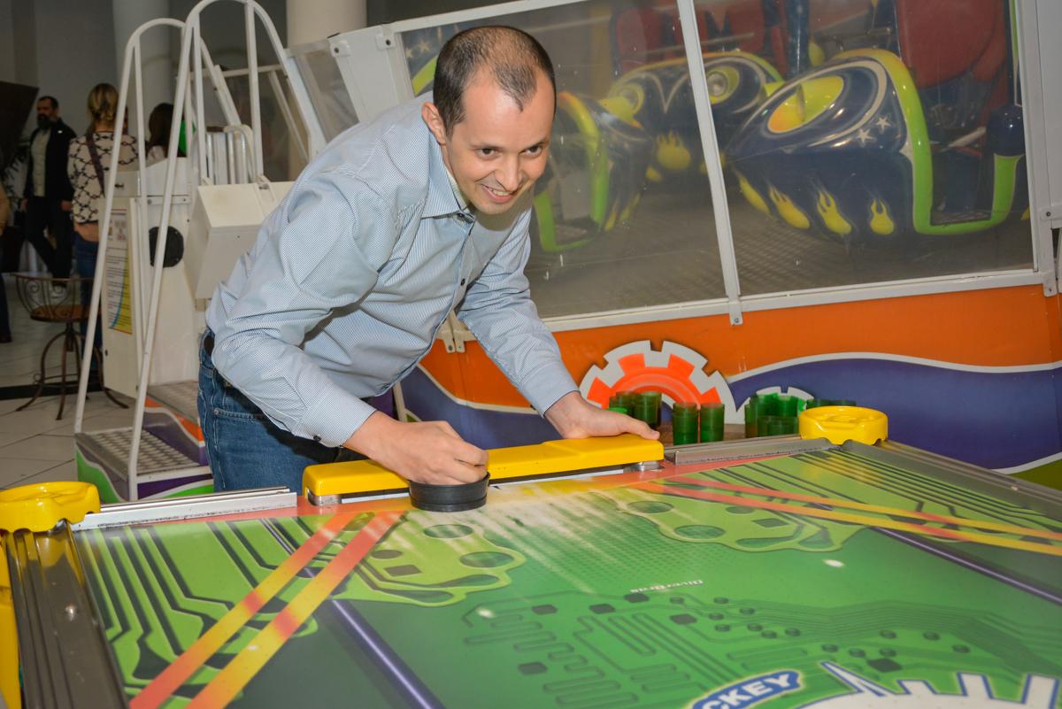 adversario faz gol no jogo de futebol no Buffet Fábrica da Alegria, Morumbi, São Paulo, aniversário de Luis Arthur 6 anos tema da festa super herois