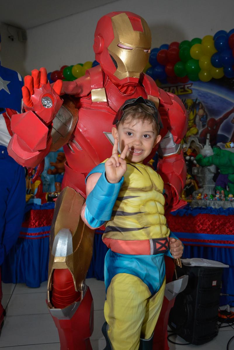 fotografia com o super herói no Buffet Fábrica da Alegria, Morumbi, São Paulo, aniversário de Luis Arthur 6 anos tema da festa super herois