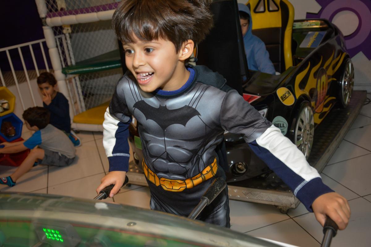 brincando feliz na festa no Buffet Fábrica da Alegria, Morumbi, São Paulo, aniversário de Luis Arthur 6 anos tema da festa super herois