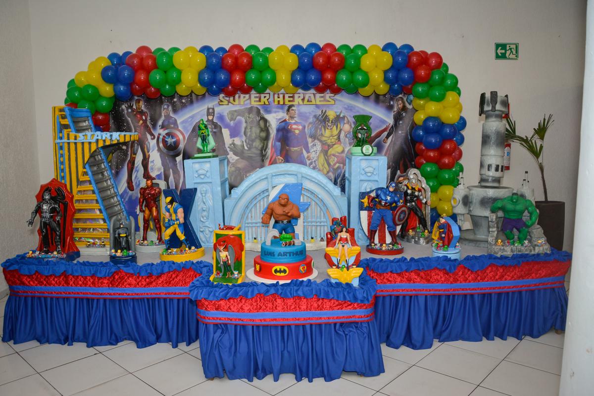 mesa decorada no Buffet Fábrica da Alegria, Morumbi, São Paulo, aniversário de Luis Arthur 6 anos tema da festa super herois