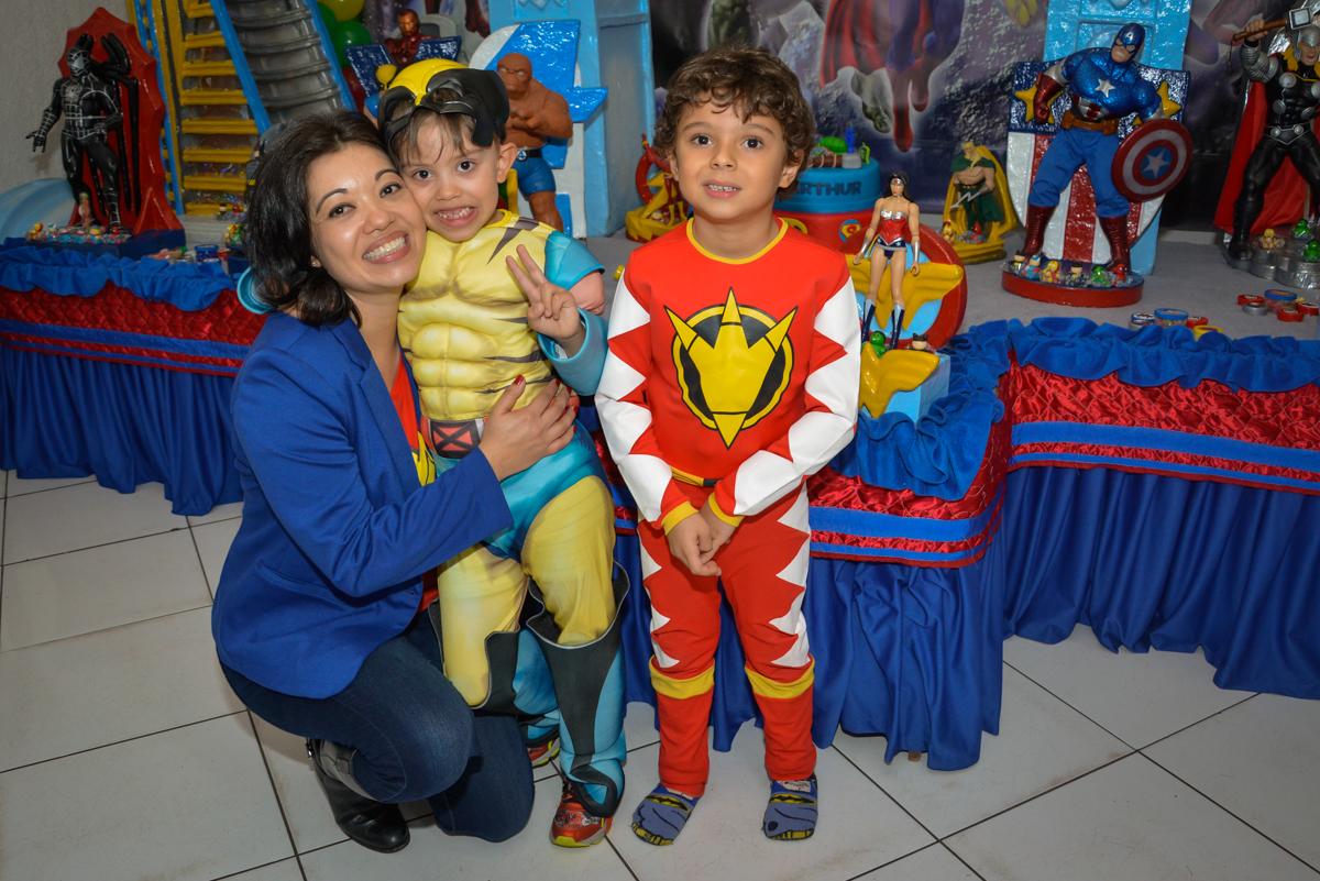 abraço gostoso da mamãe no Buffet Fábrica da Alegria, Morumbi, São Paulo, aniversário de Luis Arthur 6 anos tema da festa super herois