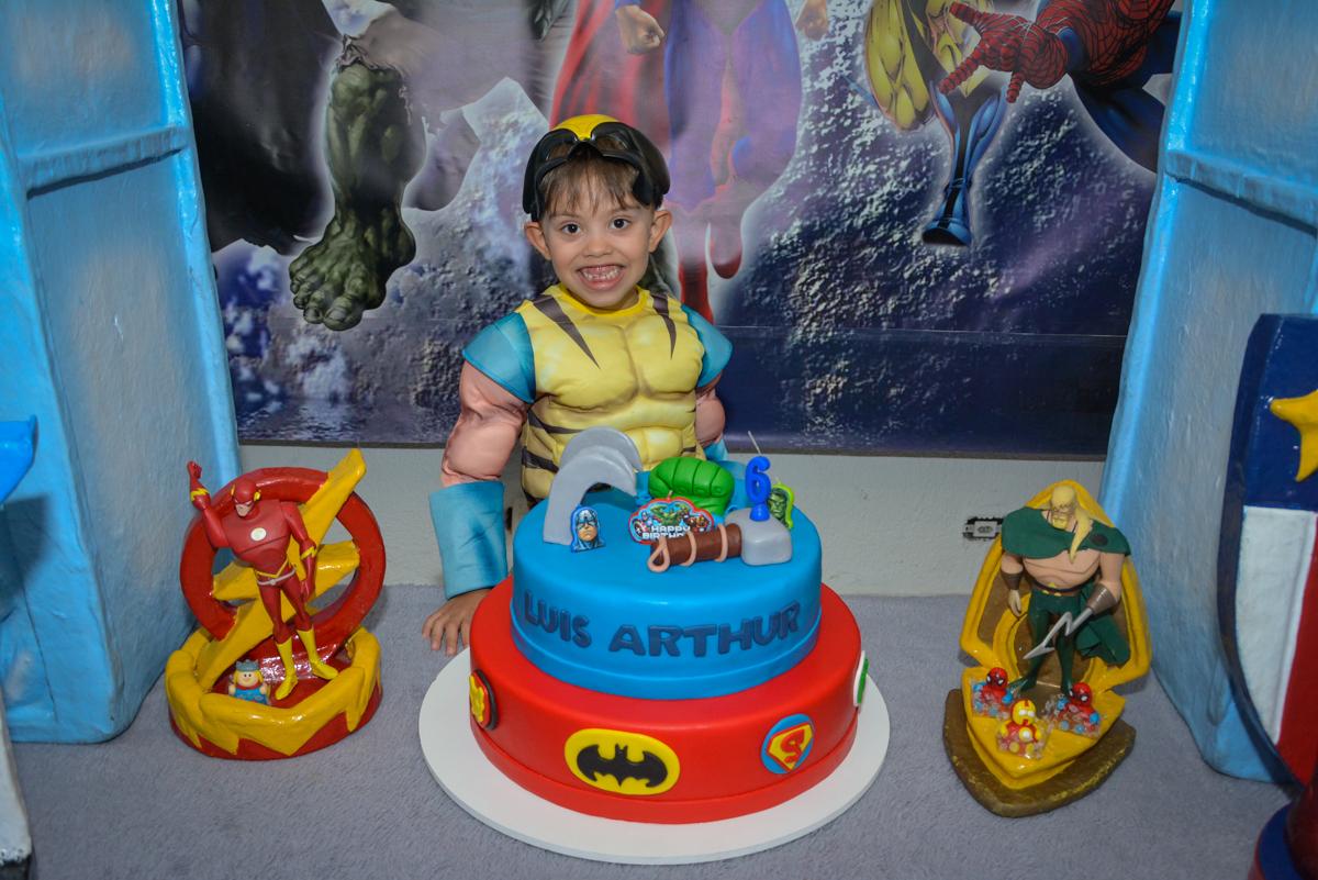 foto na mesa do bolo no Buffet Fábrica da Alegria, Morumbi, São Paulo, aniversário de Luis Arthur 6 anos tema da festa super herois
