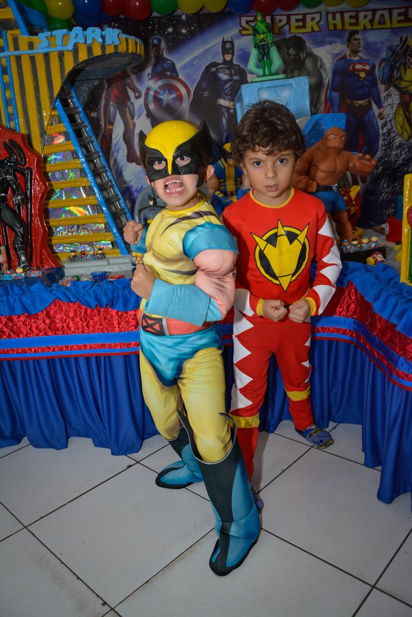 pose de herói para a foto no Buffet Fábrica da Alegria, Morumbi, São Paulo, aniversário de Luis Arthur 6 anos tema da festa super herois