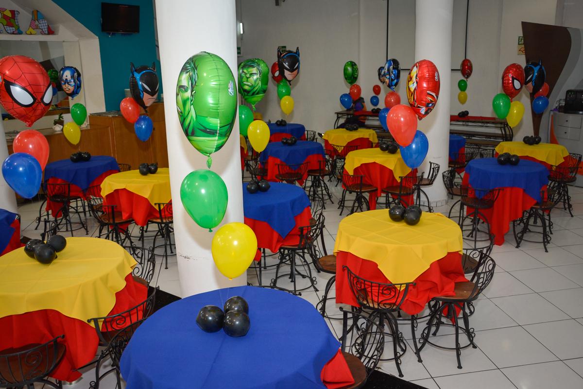 mesas do salão decorada com bexigas no Buffet Fábrica da Alegria, Morumbi, São Paulo, aniversário de Luis Arthur 6 anos tema da festa super herois
