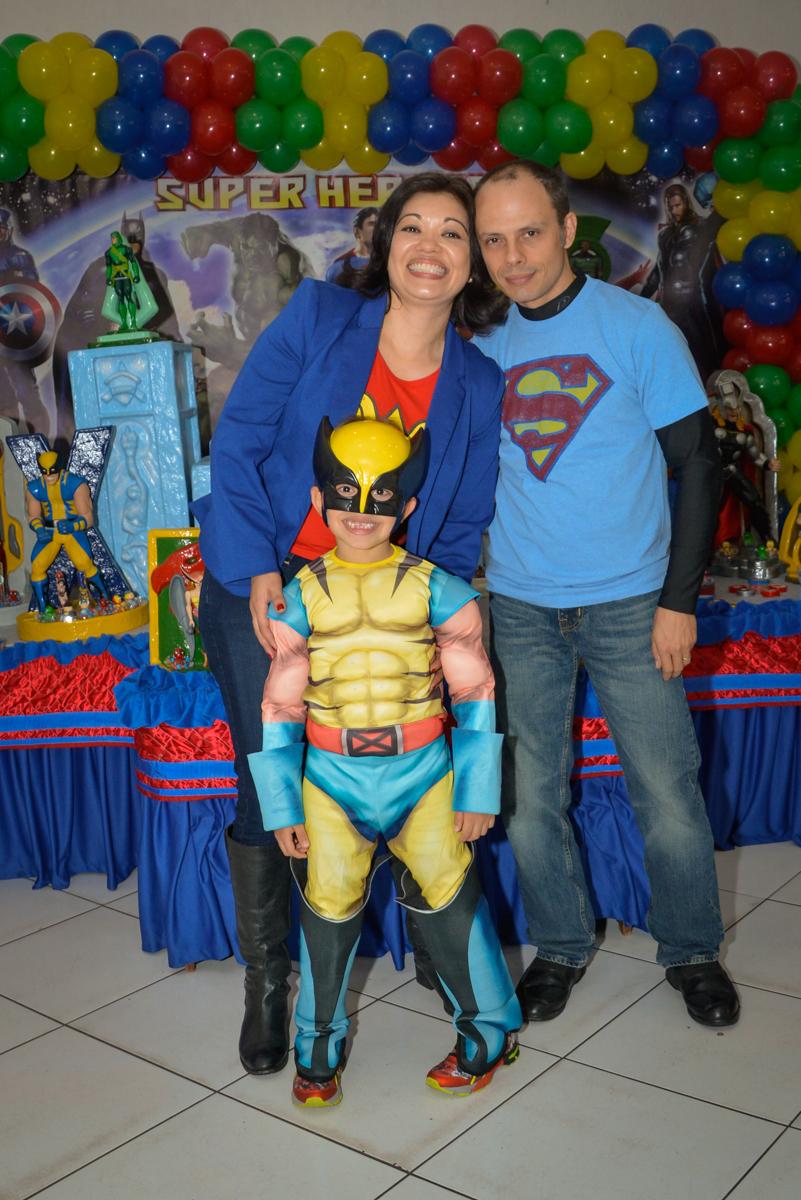 fotografia da família no Buffet Fábrica da Alegria, Morumbi, São Paulo, aniversário de Luis Arthur 6 anos tema da festa super herois