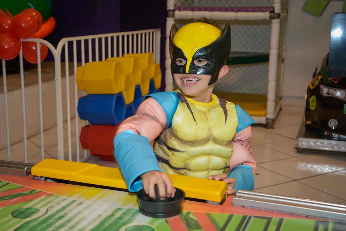 jogando futebol de mesa no Buffet Fábrica da Alegria, Morumbi, São Paulo, aniversário de Luis Arthur 6 anos tema da festa super herois