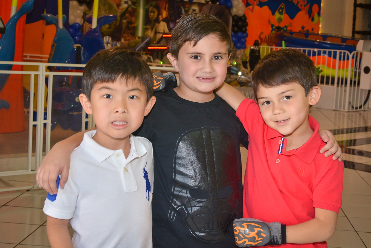 recebendo os amigos em sua festa no Buffet Salakaboom, Ipiranga, São Paulo, aniversário de Jonathan 7 anos, tema da festa Star Wars