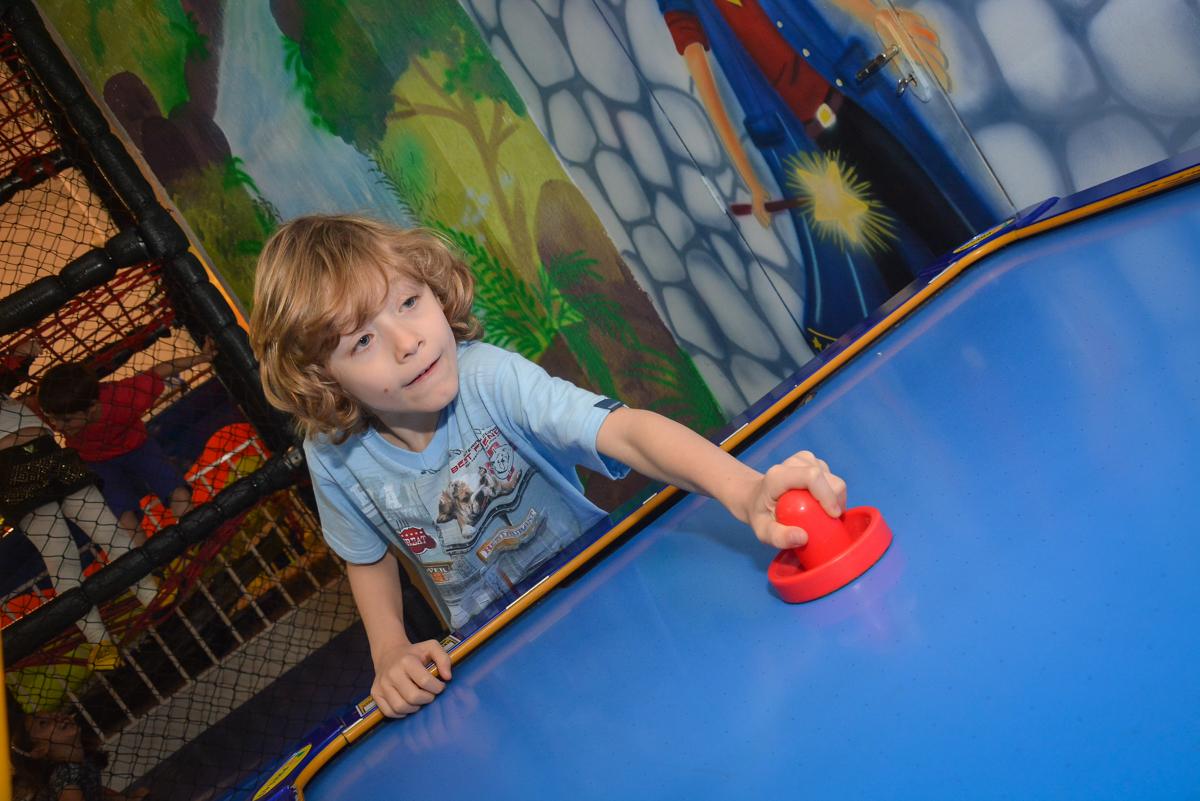 brincando com futebol de mesa no Buffet Salakaboom, Ipiranga, São Paulo, aniversário de Jonathan 7 anos, tema da festa Star Wars