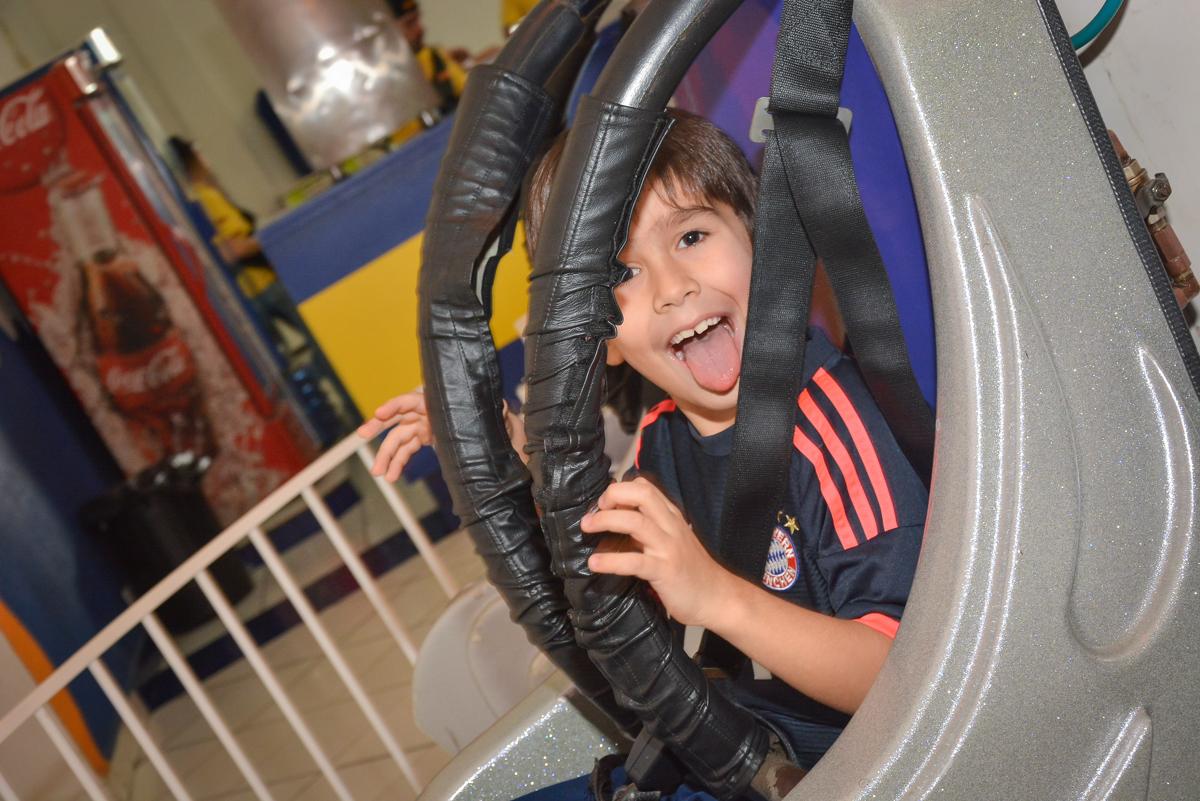 fazendo careta para a foto no Buffet Salakaboom, Ipiranga, São Paulo, aniversário de Jonathan 7 anos, tema da festa Star Wars