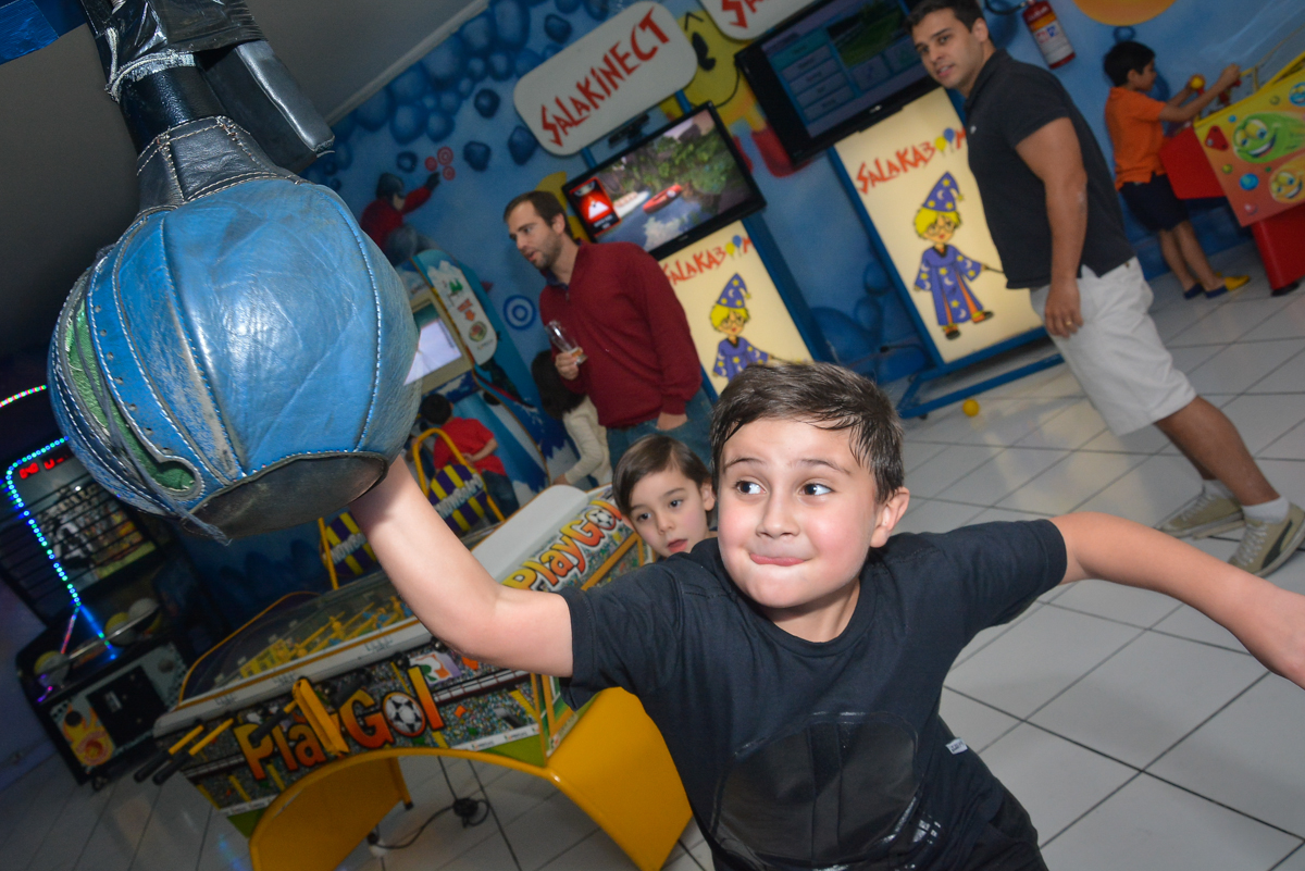 aniversariante brinca na máquina de box no Buffet Salakaboom, Ipiranga, São Paulo, aniversário de Jonathan 7 anos, tema da festa Star Wars