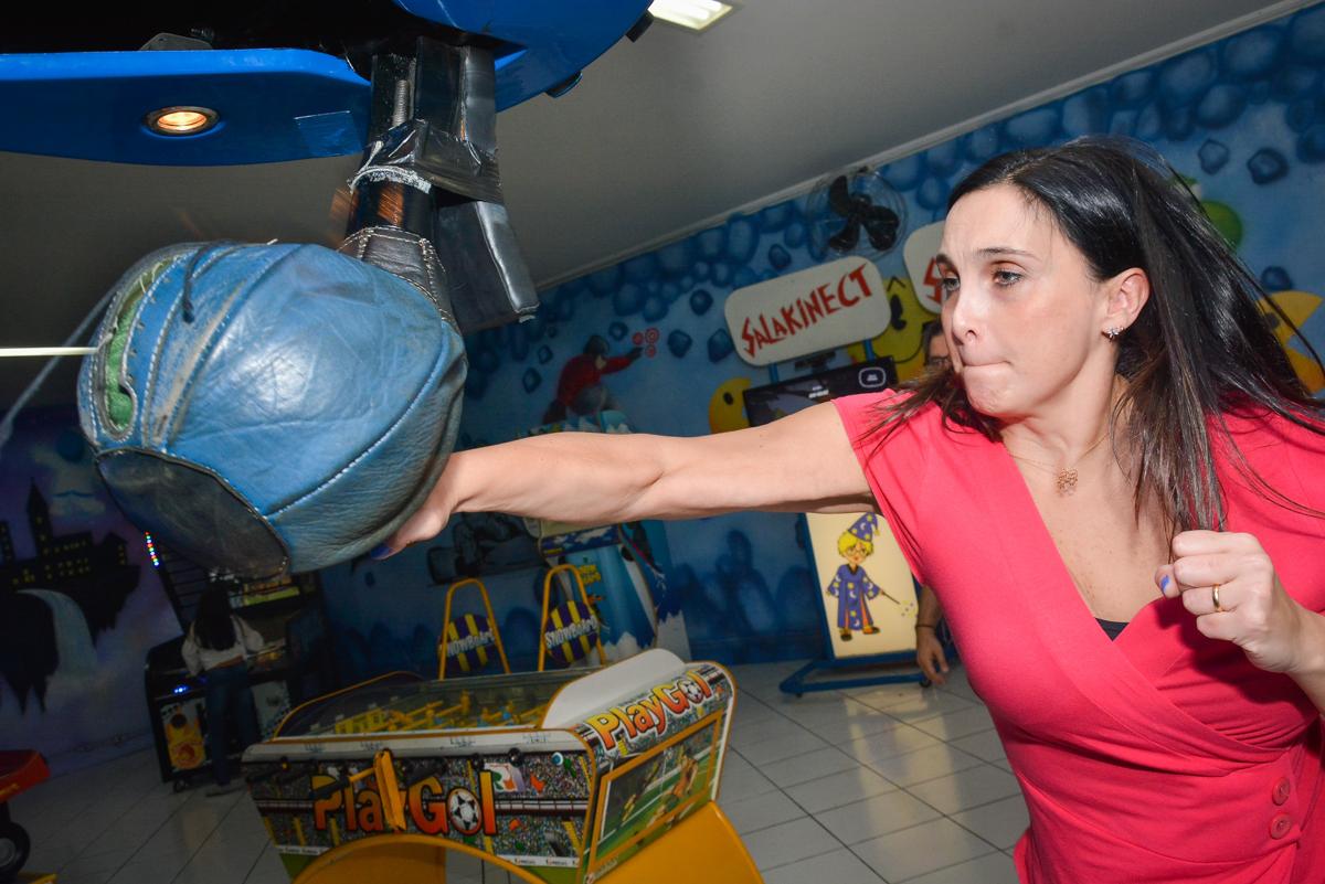 convidada também brinca na máquina de box no Buffet Salakaboom, Ipiranga, São Paulo, aniversário de Jonathan 7 anos, tema da festa Star Wars