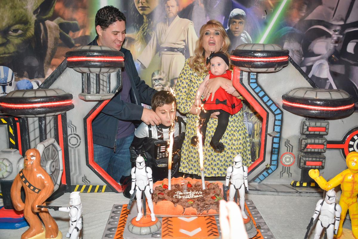 soprando a vela do bolo no Buffet Salakaboom, Ipiranga, São Paulo, aniversário de Jonathan 7 anos, tema da festa Star Wars