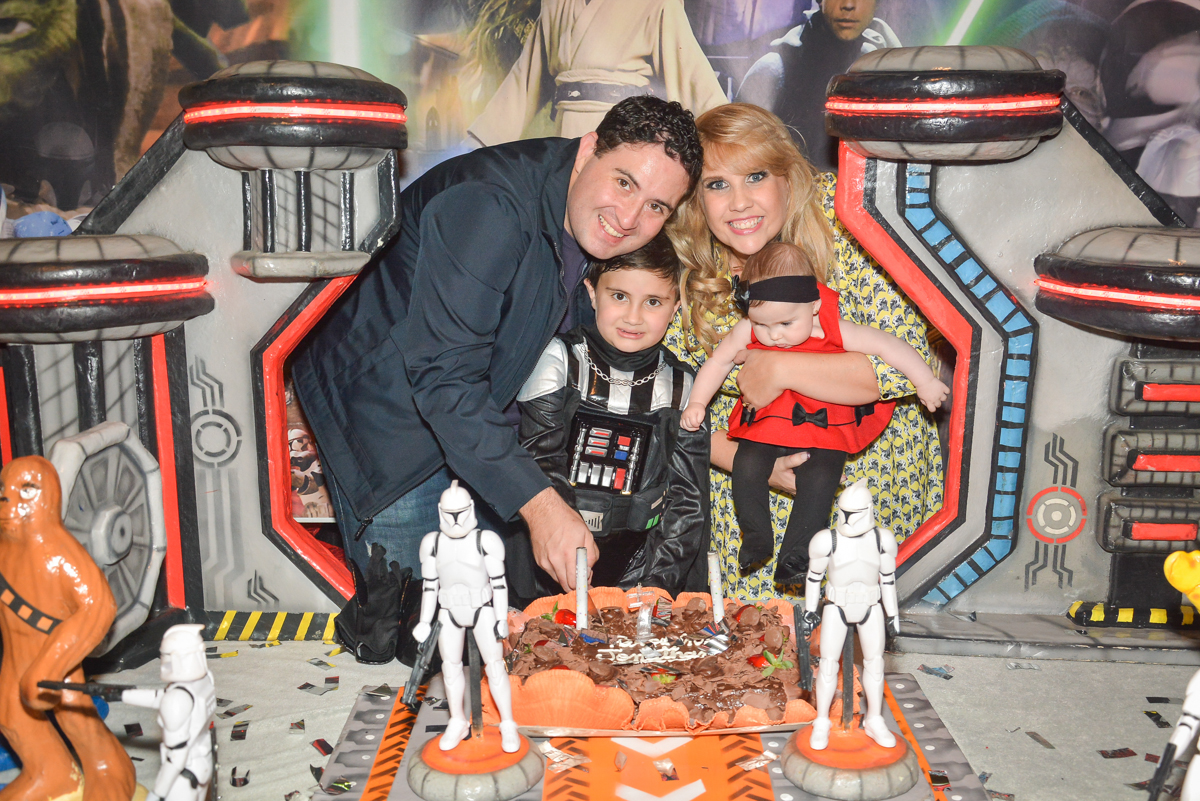 cortando o primeiro pedaço de bolo no Buffet Salakaboom, Ipiranga, São Paulo, aniversário de Jonathan 7 anos, tema da festa Star Wars