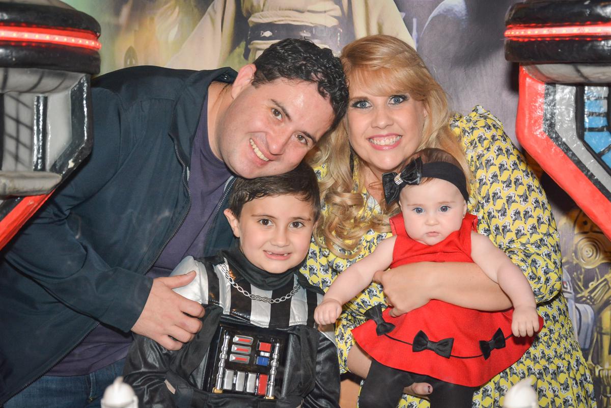 fotografia da família no Buffet Salakaboom, Ipiranga, São Paulo, aniversário de Jonathan 7 anos, tema da festa Star Wars