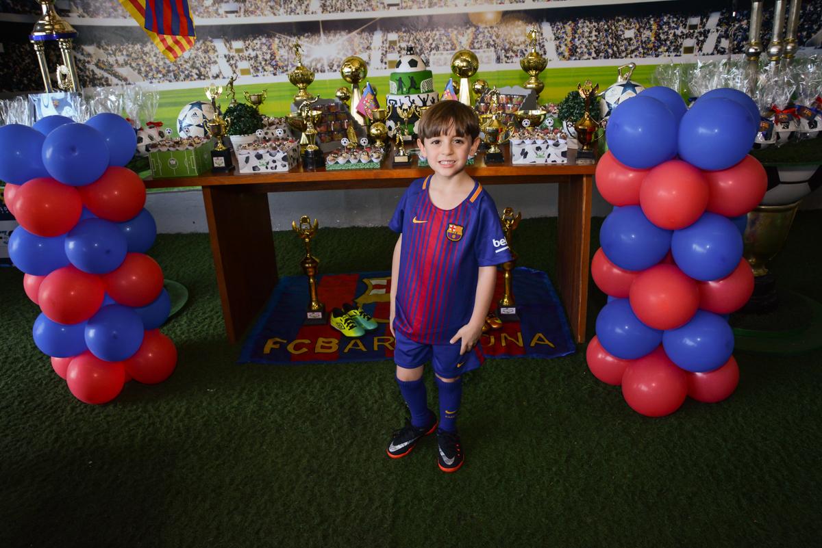 posando para a foto no Buffet High Soccer, Morumbi, São Paulo aniversário de Rafael e João 6 anos tema da festa futebol