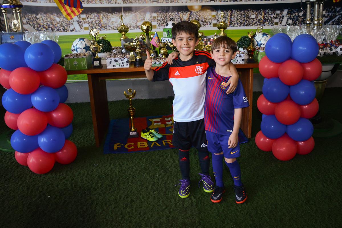 abraço dos amigos no Buffet High Soccer, Morumbi, São Paulo aniversário de Rafael e João 6 anos tema da festa futebol