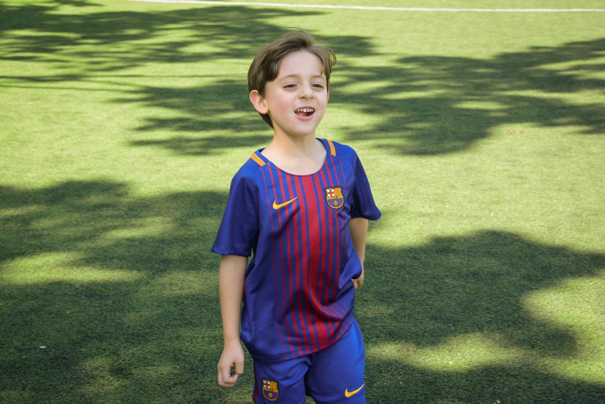 feliz no campo de futebol no Buffet High Soccer, Morumbi, São Paulo aniversário de Rafael e João 6 anos tema da festa futebol