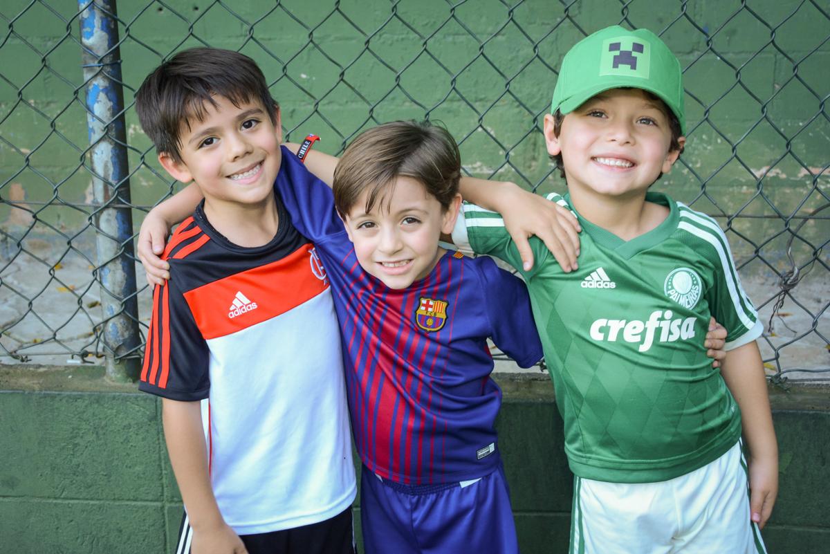 fotografia com os jogadores no Buffet High Soccer, Morumbi, São Paulo aniversário de Rafael e João 6 anos tema da festa futebol