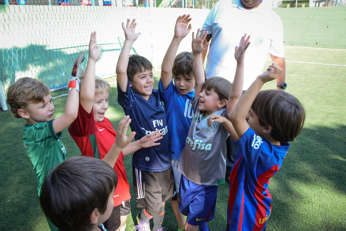 comemorando o gol no Buffet High Soccer, Morumbi, São Paulo aniversário de Rafael e João 6 anos tema da festa futebol