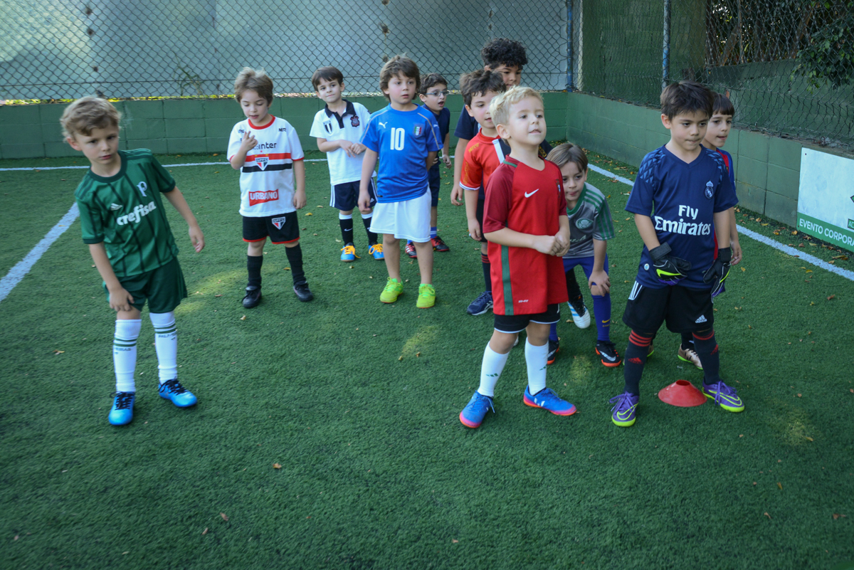 o time reunido para o jogo no Buffet High Soccer, Morumbi, São Paulo aniversário de Rafael e João 6 anos tema da festa futebol