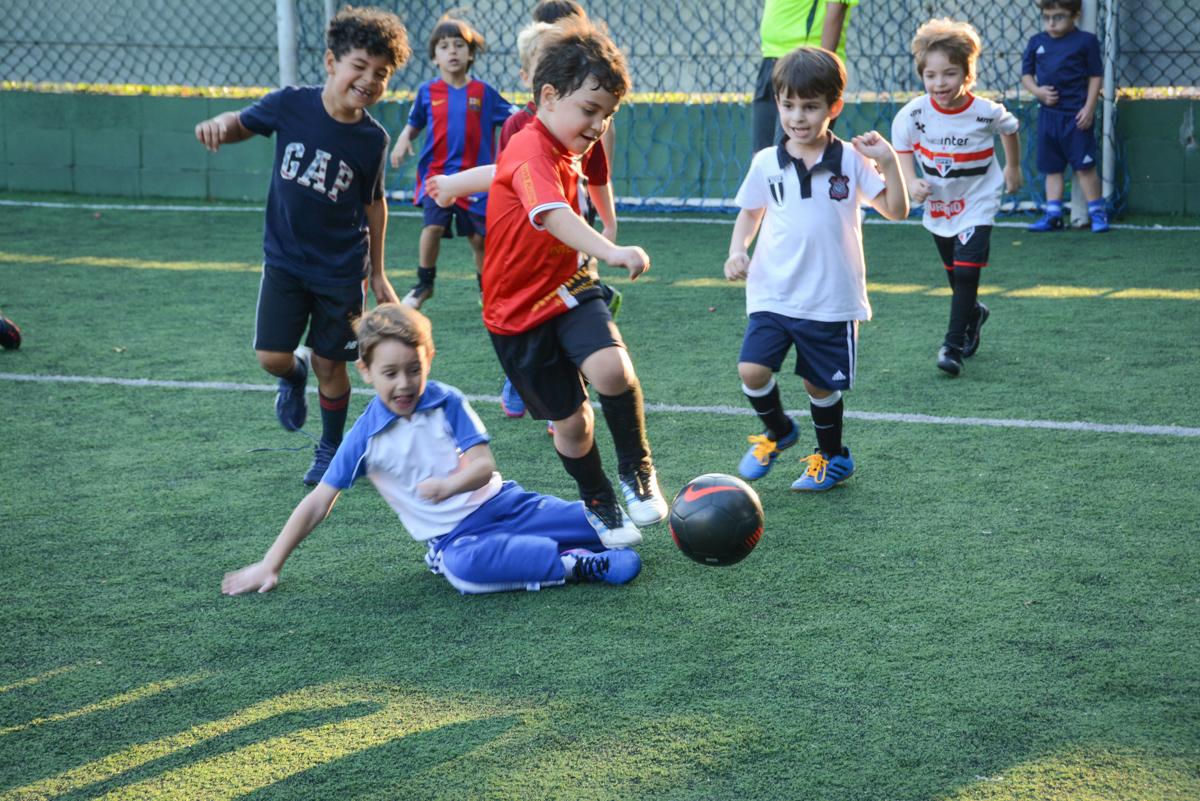 drible para o gol no Buffet High Soccer, Morumbi, São Paulo aniversário de Rafael e João 6 anos tema da festa futebol