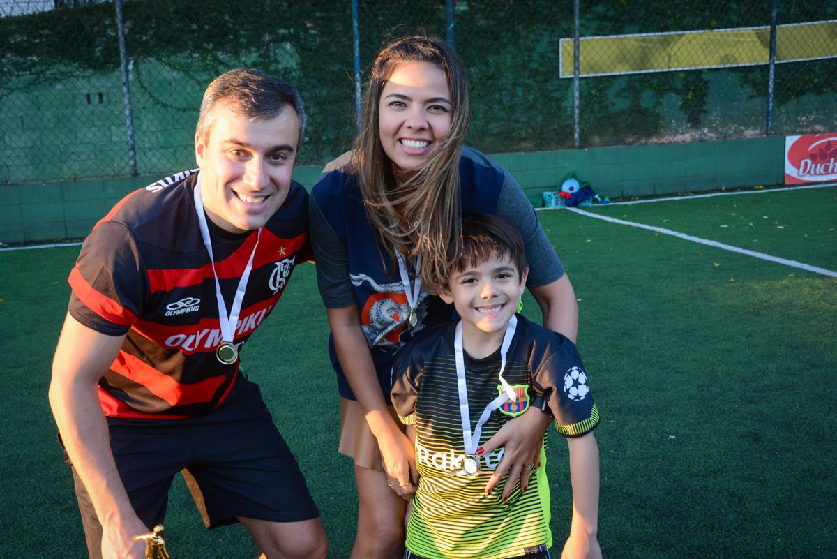 familia feliz com seus jogadores no Buffet High Soccer, Morumbi, São Paulo aniversário de Rafael e João 6 anos tema da festa futebol