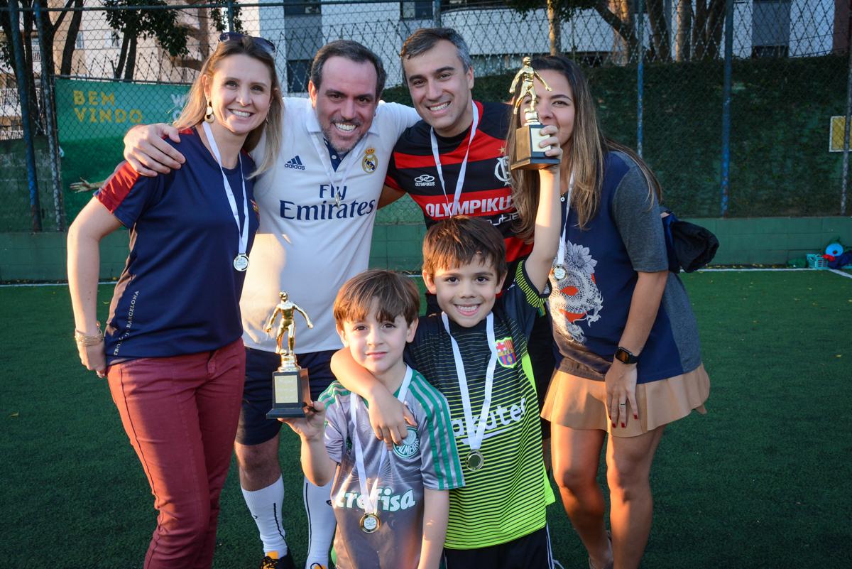 recebendo a medalha no Buffet High Soccer, Morumbi, São Paulo aniversário de Rafael e João 6 anos tema da festa futebol