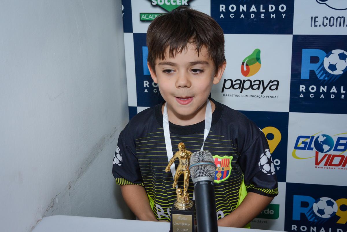 recebendo o troféu no Buffet High Soccer, Morumbi, São Paulo aniversário de Rafael e João 6 anos tema da festa futebol