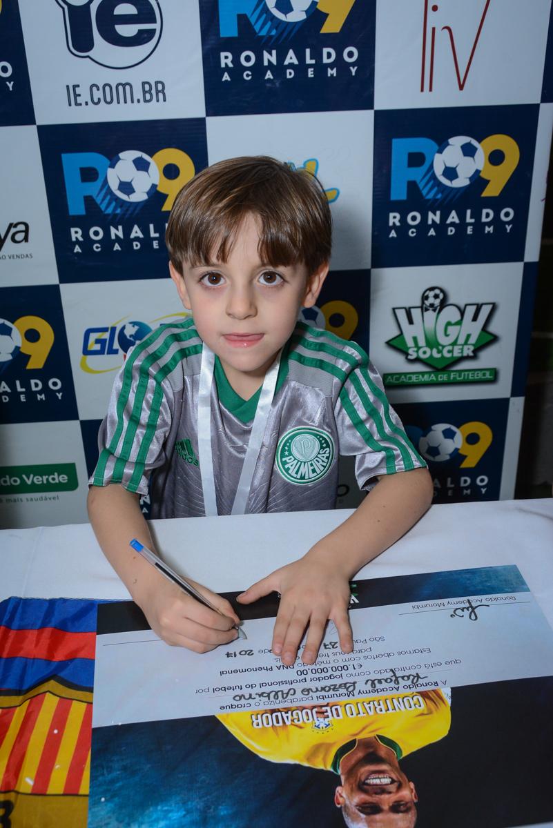 assinando contrato com o time no Buffet High Soccer, Morumbi, São Paulo aniversário de Rafael e João 6 anos tema da festa futebol