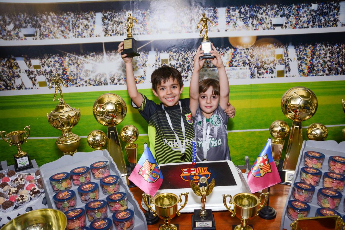 erguendo a taça no Buffet High Soccer, Morumbi, São Paulo aniversário de Rafael e João 6 anos tema da festa futebol