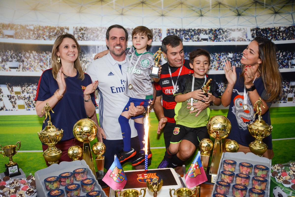 hora de cantar parabéns no Buffet High Soccer, Morumbi, São Paulo aniversário de Rafael e João 6 anos tema da festa futebol