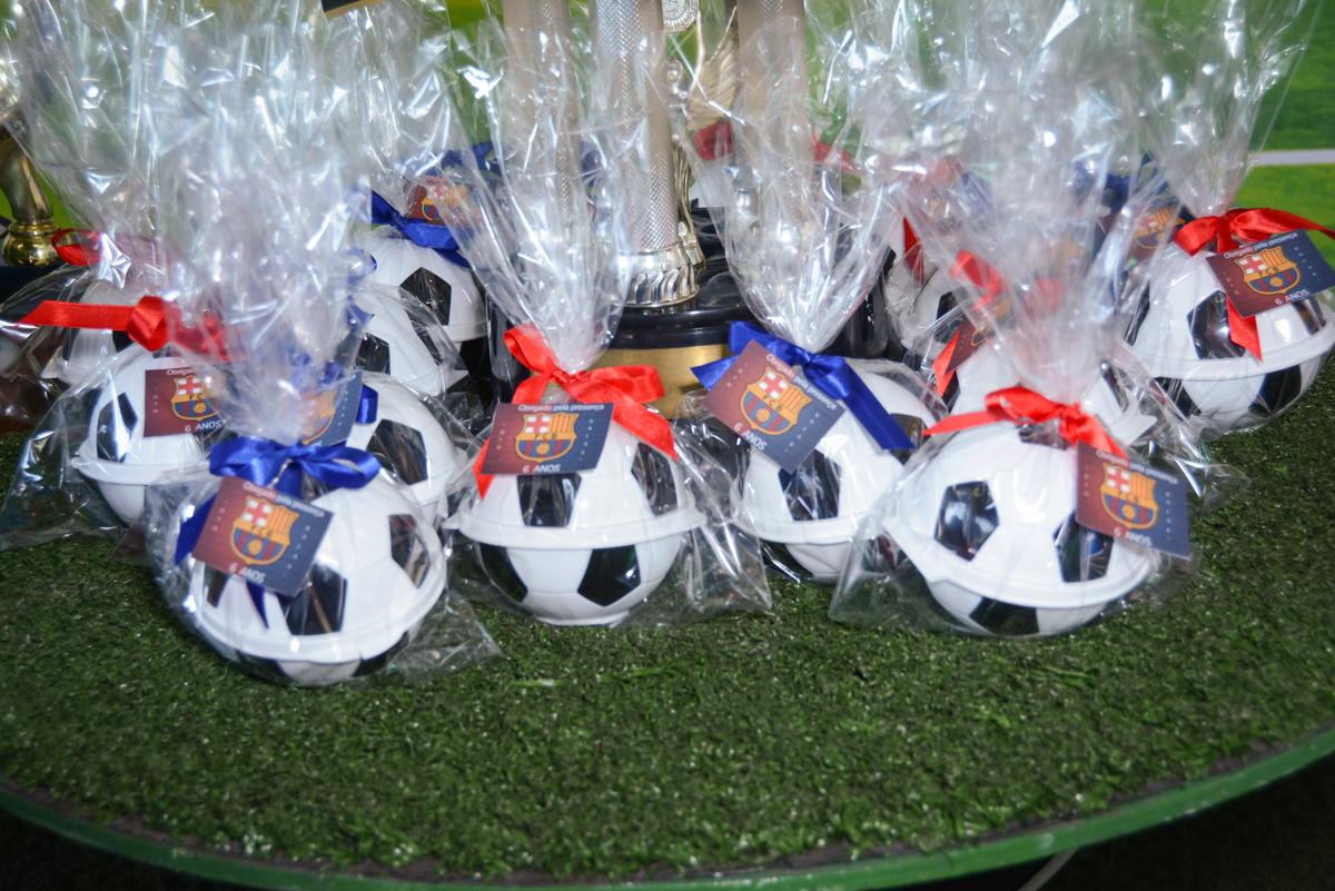 lembrancinha das crianças no Buffet High Soccer, Morumbi, São Paulo aniversário de Rafael e João 6 anos tema da festa futebol
