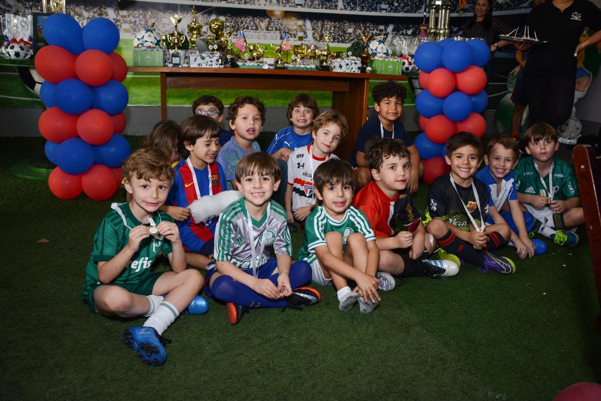 foto com os jogadores no Buffet High Soccer, Morumbi, São Paulo aniversário de Rafael e João 6 anos tema da festa futebol